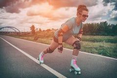 Mulher em patins de rolo do vintage fotos de stock royalty free
