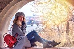 Mulher em Praga, república de Czeh Senhora loura bonita Opinião do fundo do castelo e do Charles Bridge Imagens de Stock Royalty Free