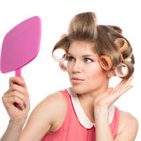 Mulher em rolos do cabelo Fotos de Stock Royalty Free