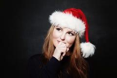 Mulher em Santa Hat Looking Up e sonho no presente do Natal Fotos de Stock Royalty Free
