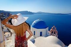 Mulher em Santorini imagens de stock royalty free