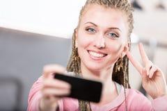 Mulher em sua cozinha que lê um livro Fotografia de Stock Royalty Free