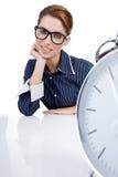 mulher em sua mesa no fim do dia Imagem de Stock Royalty Free