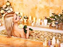 Mulher em termas luxuosos. foto de stock royalty free