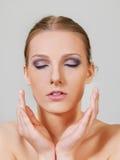 A mulher em topless loura atrativa com olho escuro compõe