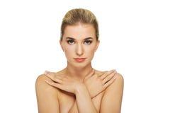 Mulher em topless nova com mãos em ombros Fotos de Stock