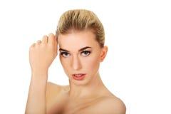 Mulher em topless nova que toca em sua cara Imagem de Stock Royalty Free