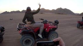 Mulher em um ATV no deserto egípcio filme