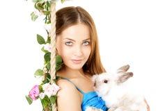 Mulher em um balanço no fundo branco Fotos de Stock Royalty Free