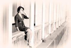 Mulher em um balcão fotografia de stock