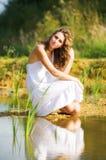 Mulher em um banco de rio foto de stock