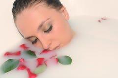Mulher em um banheiro fotografia de stock royalty free
