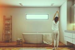 Mulher em um banheiro luxuoso Fotografia de Stock