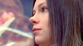 Mulher em um cabeleireiro que fala a um cabeleireiro Close-up da cara e do cabelo filme