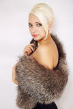 Mulher em um cabo da pele Fotografia de Stock Royalty Free