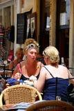 Mulher em um café do pavimento, Lagos, Portugal Foto de Stock Royalty Free