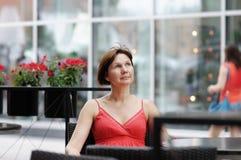 Mulher em um café exterior Fotografia de Stock Royalty Free