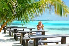 Mulher em um café tropical Fotos de Stock
