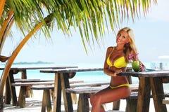 Mulher em um café tropical Fotografia de Stock