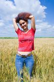 Mulher em um campo de trigo Imagens de Stock Royalty Free