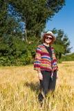 Mulher em um campo de trigo imagens de stock