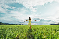 Mulher em um campo verde foto de stock