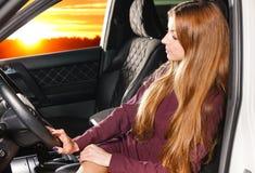 Mulher em um carro Imagens de Stock