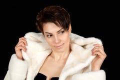 Mulher em um casaco de pele fotografia de stock royalty free