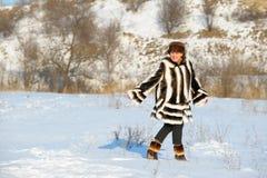 A mulher em um casaco de pele do vison Fotografia de Stock Royalty Free
