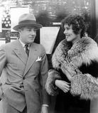 Mulher em um casaco de pele que tem uma conversação com um homem (todas as pessoas descritas não são umas vivas mais longo e nenh Fotografia de Stock