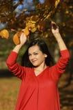 Mulher em um cenário romântico do outono Imagem de Stock Royalty Free
