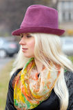 Mulher em um chapéu lilás Fotos de Stock Royalty Free