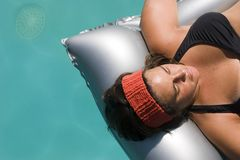 Mulher em um colchão inflável fotografia de stock