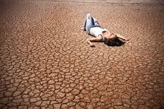 Mulher em um deserto Fotos de Stock Royalty Free