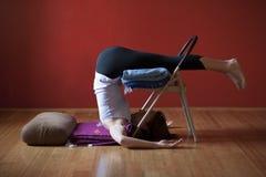 Mulher em um estúdio da ioga que pratica Asana restaurativo imagens de stock