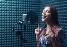 Mulher em um estúdio de gravação foto de stock royalty free