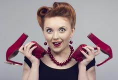 mulher em um estilo retro com sapatas vermelhas Fotos de Stock