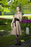 Mulher em um estilo retro na cidade Fotos de Stock Royalty Free