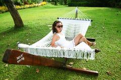 Mulher em um hammock imagens de stock