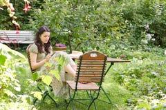 Mulher em um jardim imagem de stock royalty free