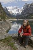 Mulher em um lago nas montanhas Foto de Stock Royalty Free