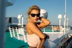Mulher em um navio de cruzeiros Fotografia de Stock Royalty Free