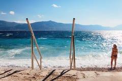 Mulher em um Pebble Beach - Croácia, Brac Imagens de Stock Royalty Free