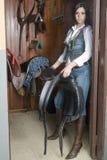 Mulher em um quarto da sela Fotografia de Stock