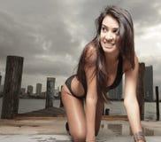 Mulher em um rastejamento do biquini Imagem de Stock Royalty Free