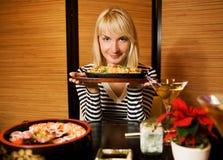 Mulher em um restaurante imagem de stock