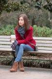 Mulher em um revestimento vermelho à moda Fotos de Stock Royalty Free