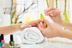 Mulher no salão de beleza do prego que recebe o manicure Fotos de Stock Royalty Free