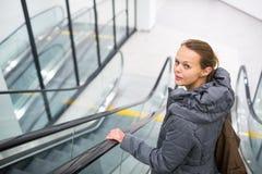 Mulher em um shopping moderno fotos de stock