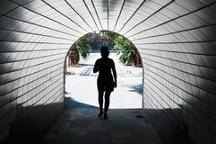 Mulher em um túnel Fotografia de Stock Royalty Free